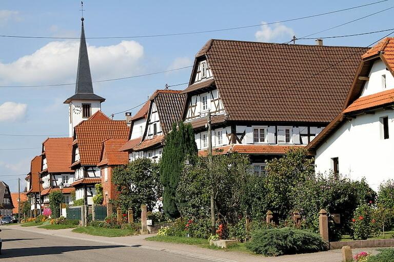 Las casas y la iglesia del pueblo de Seebach.