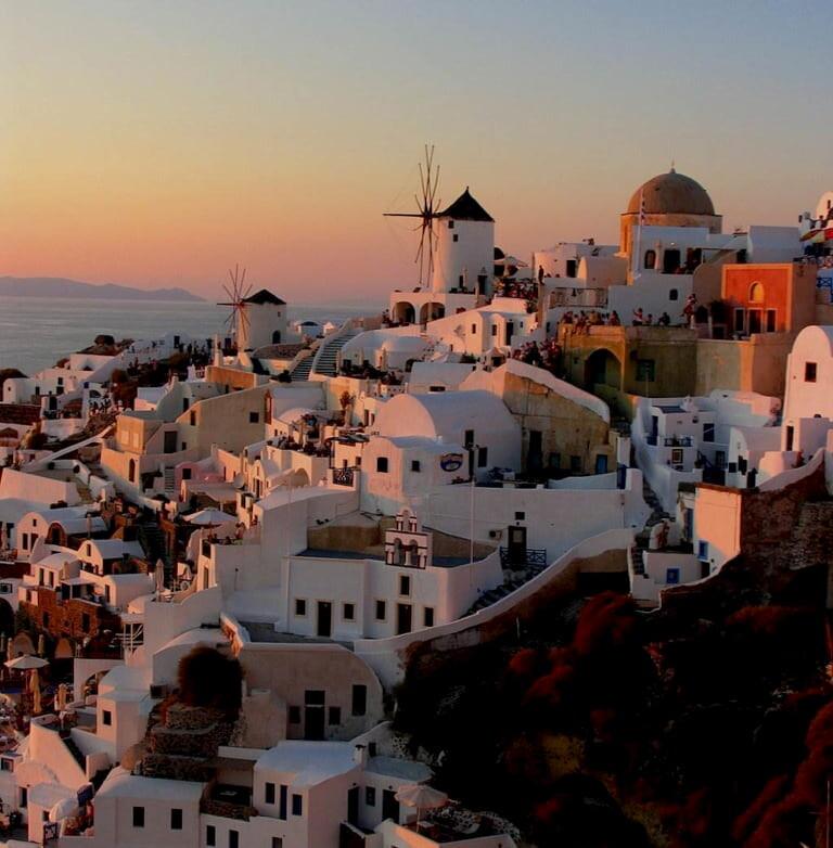 Vistas de Oia al atardecer, el pueblo más famoso de Santorini