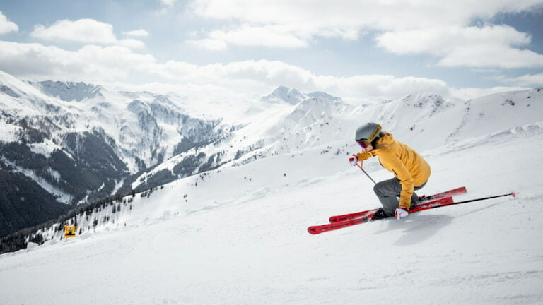 Una persona esquiando en Saalbach