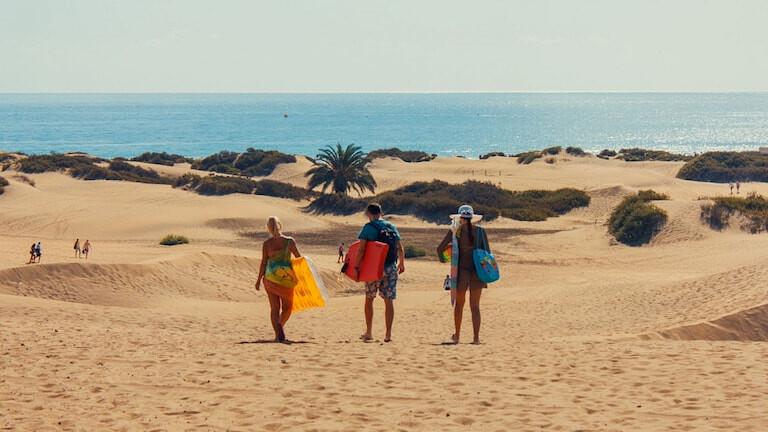 Surferos en las dunas de Gran Canaria