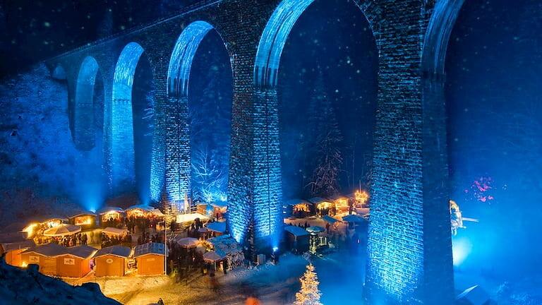 Mercadillo Navideño de Ravennaschlucht situado bajo un enorme viaducto iluminado