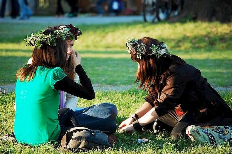Chicas con coronas de flores tradicionales de la noche de San Juan en Polonia