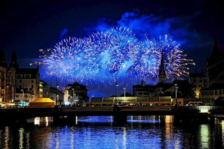 Fuegos artificiales en la fiesta de Fin de Año de Zúrich