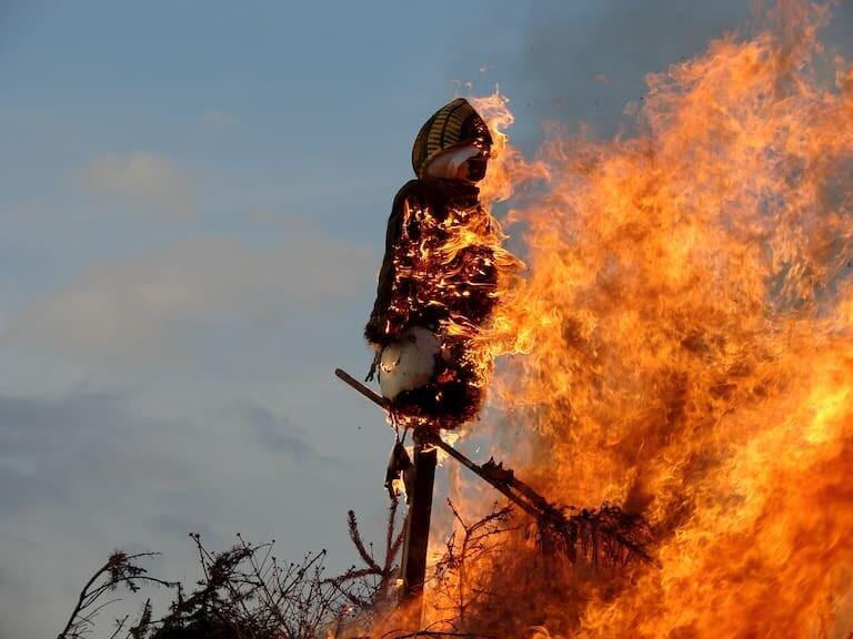 Muñeco de una bruja ardiendo durante la noche de San Juan en Dinamarca