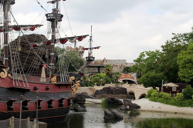 La atracción de Piratas del Caribe y el barco del Capitán Garfio en Adventureland.
