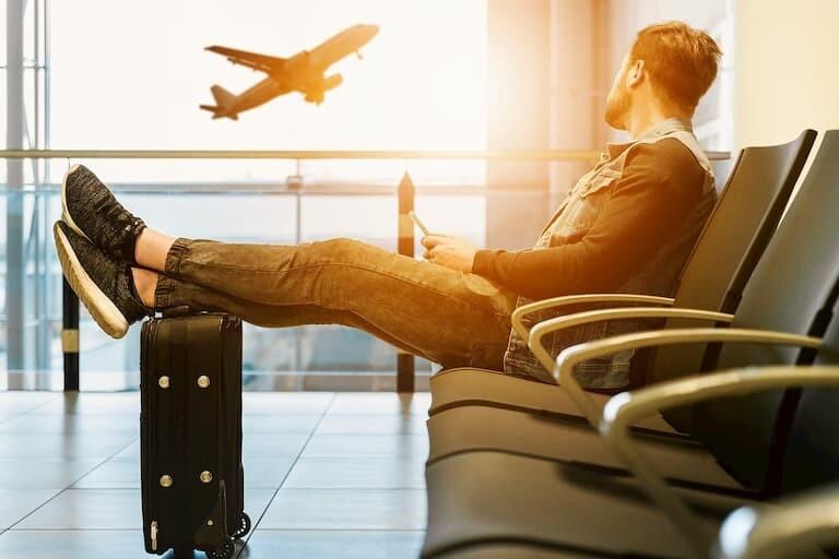 Chico esperando el avión en el aeropuerto