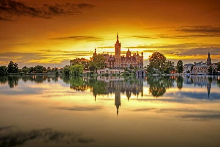 El palacio de Schwerin desde el lago al atardecer
