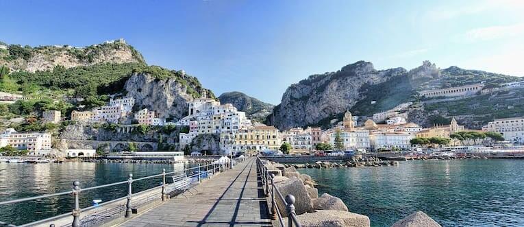Vista del pueblo de Amalfi desde un embarcadero.