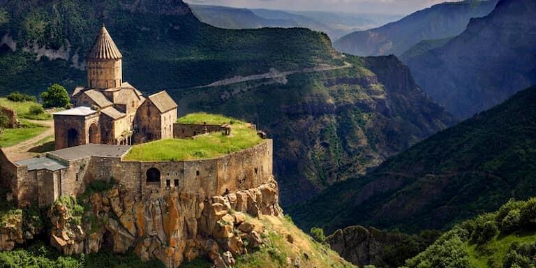 Iglesia en el cañón Kasagh en Armenia