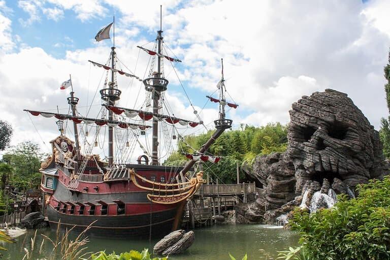El barco y la playa de los piratas
