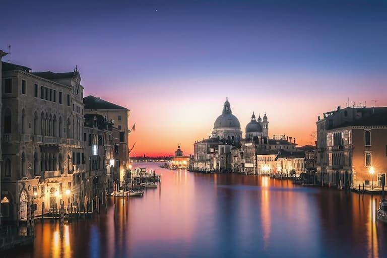 Vistas nocturnas de Santa Maria della Salute desde el Gran Canal.
