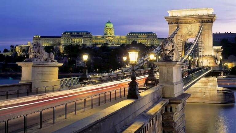 Budapest y el Puente de las Cadenas iluminado de noche
