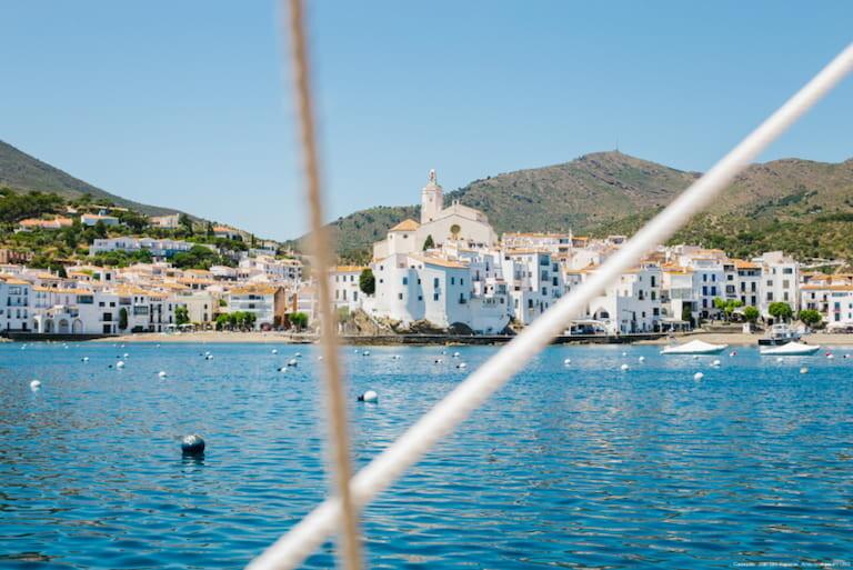Las casitas blancas de Cadaqués desde el mar