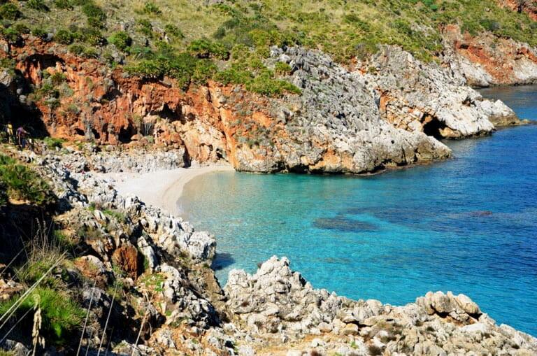 Una pequeña calita de arena blanca escondida entre las rocas