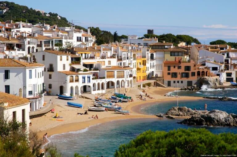 Las casitas blancas frente a la playa del pueblo pesquero Calella de Palafrugell