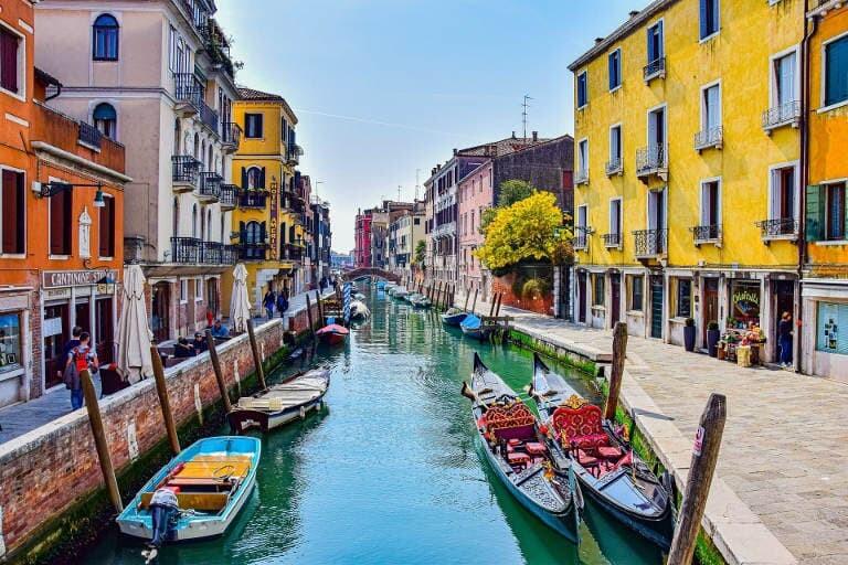 Coloridos canales en Venecia.