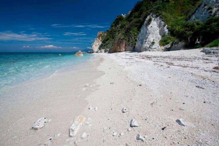 Capo Bianco es un playa de aguas azules y arena blanca