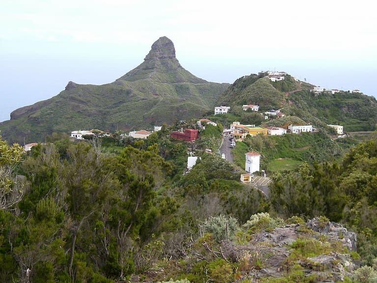 Caserío y Roque de Taborno en el Parque Rural de Anaga.