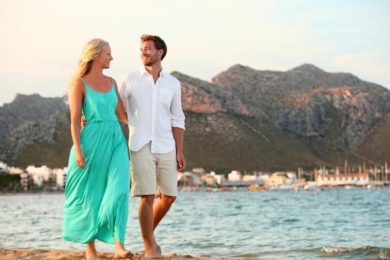 Una pareja de enamorados pasean por el Lungo Mare de Opatija