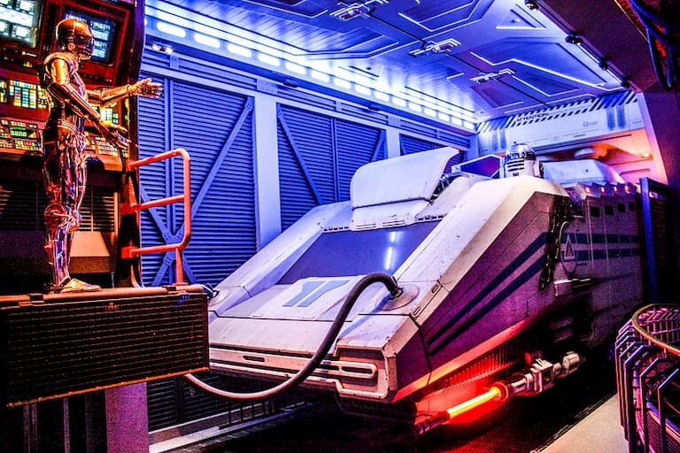 """C-3P0 en la atracción """"Star Tours: la aventura continúa""""."""