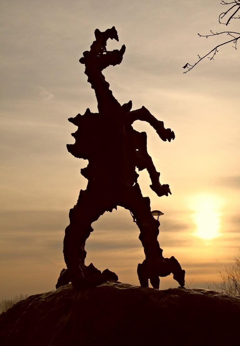 Silueta de la estatua en forma de dragón al atardecer en Cracovia