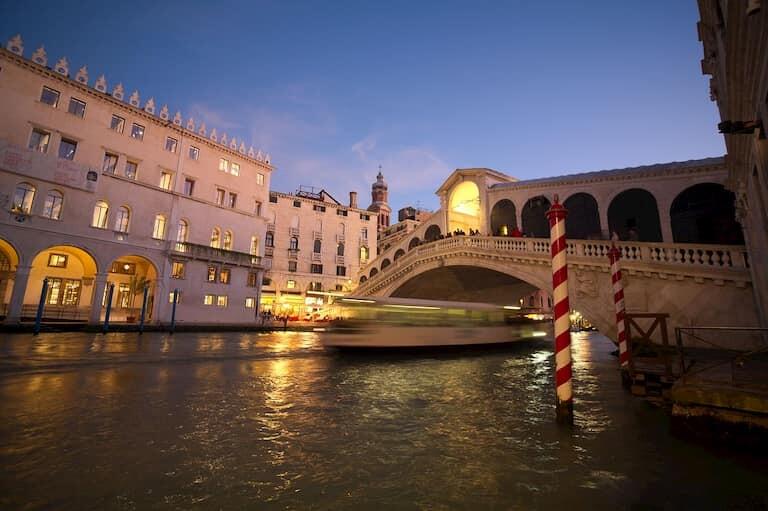 El Puente de Rialto iluminado por la noche.