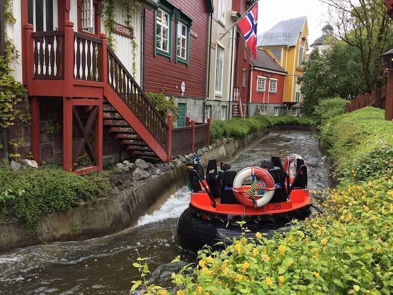 Una atracción de agua de Europa Park en la que flotas con una barca gigante por unos rápidos