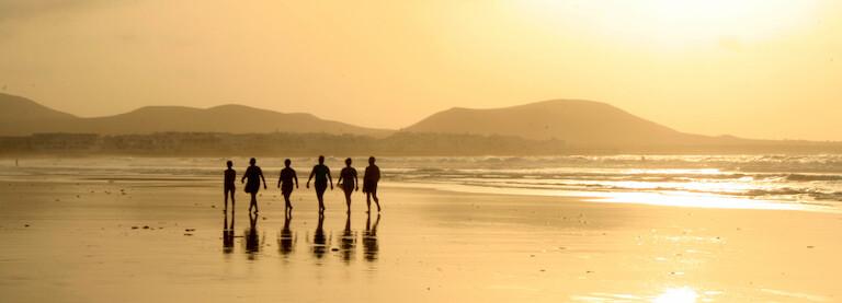 Surferos en la Playa de Famara