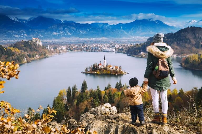 Madre e hijo en el Lago Bled, en Eslovenia