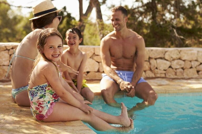 Familia disfrutando en la piscina
