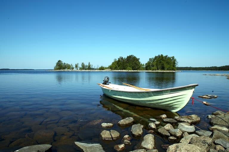 El lago Saimaa con una barquita