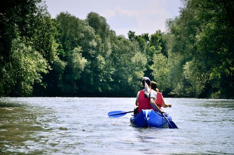 2 chicos paseando en canoa por los lagos