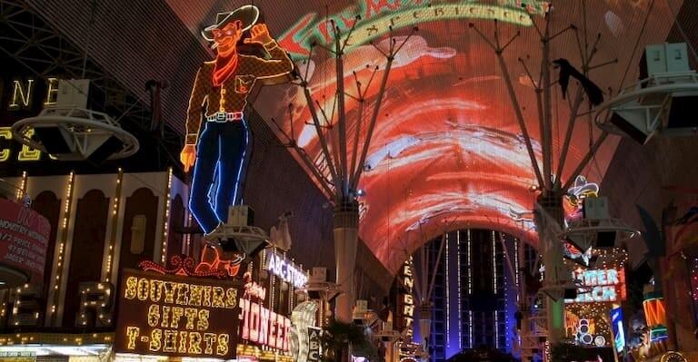 Fremont Street de Las Vegas iluminada de noche