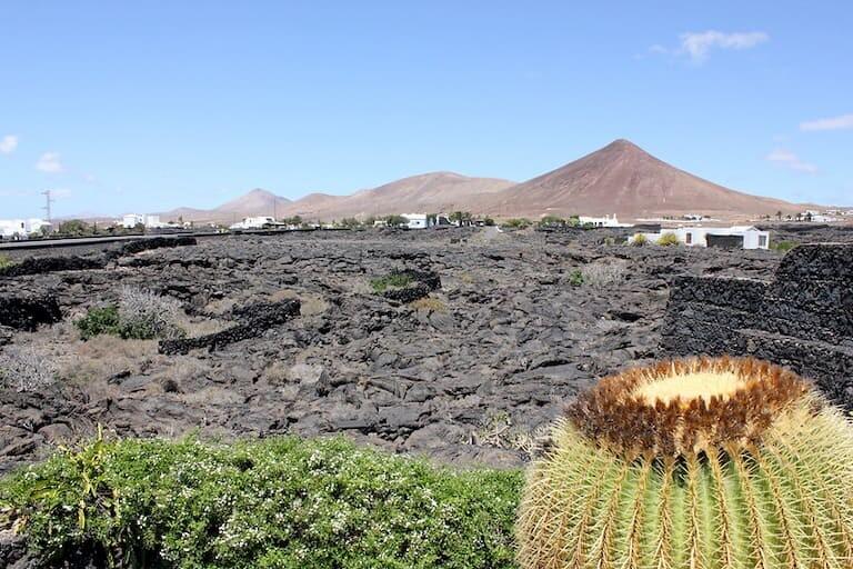 Vistas desde la Fundación a kis volcanes y campos de lava.