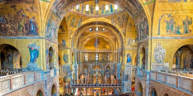 Mosaicos dorados del interior de la Basílica de San Marco.