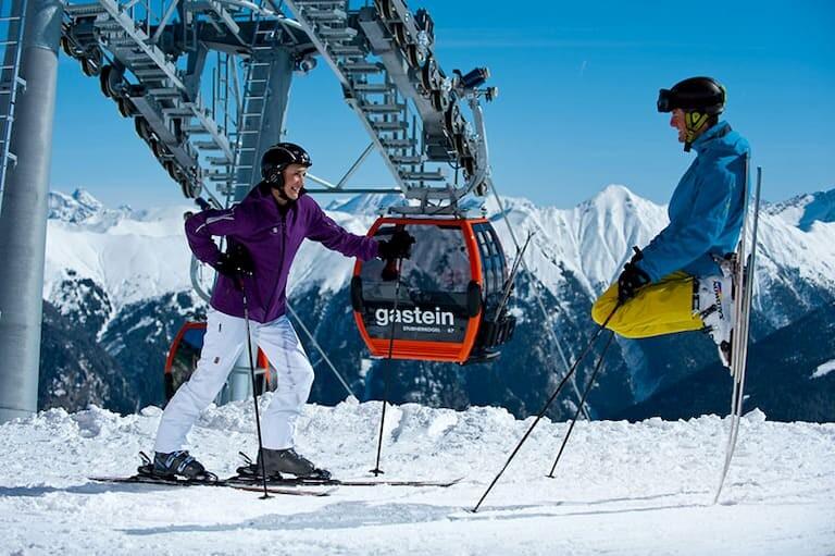 Dos esquiadores esperando el teleférico en Bad Gastein