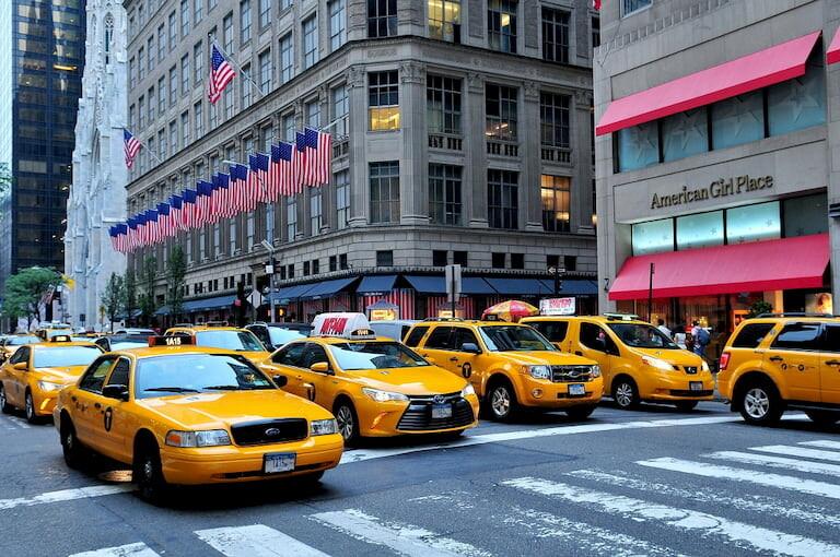 Taxis amarillos en el centro de Manhattan, Nueva York