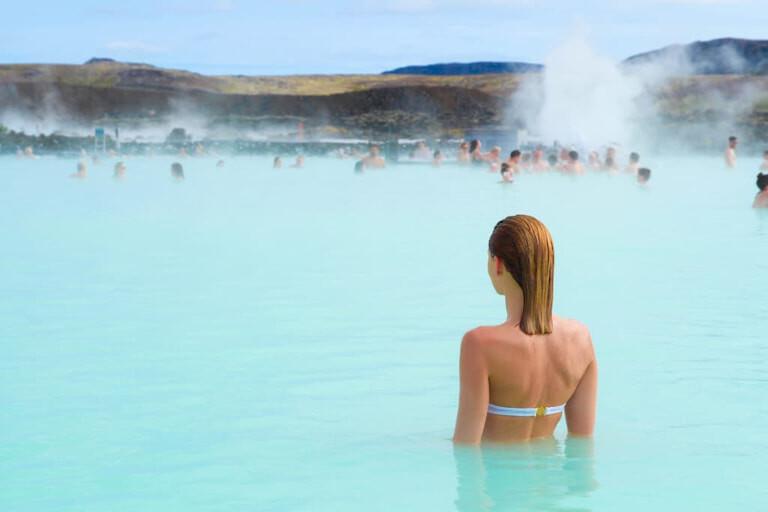 Chica bañándose en el  Blue Lagoon de Islandia