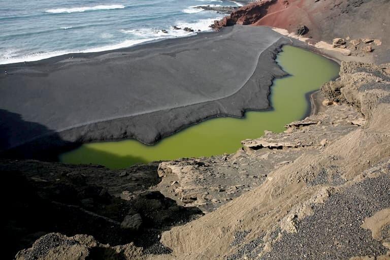 La playa de arena negra de El Golfo.