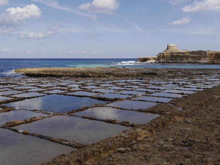 Salinas de piedra abandonada en la isla de Gozo