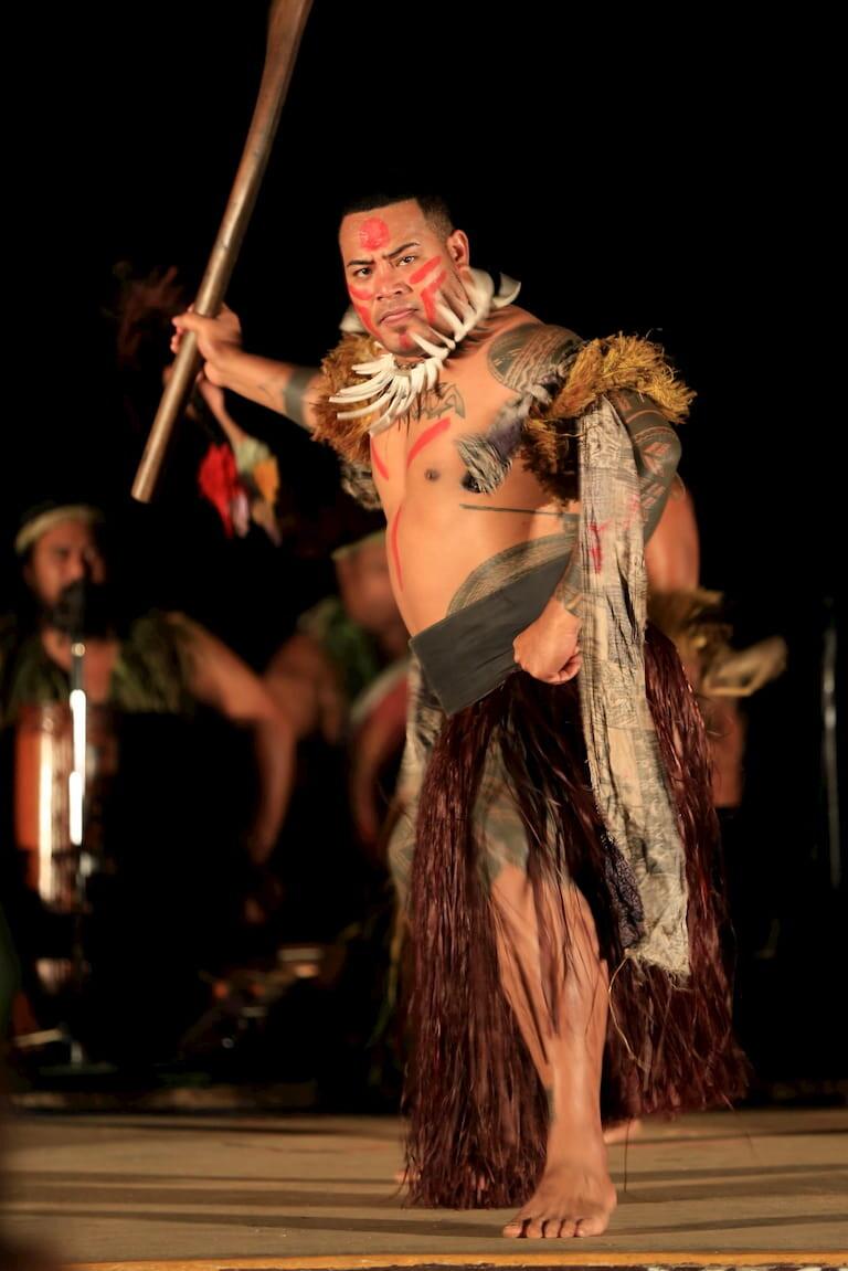Hombre maorí realizando una danza tradicional