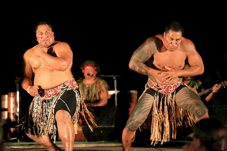 2 hombres maoríes bailan la Haka, la Danza de los guerreros.