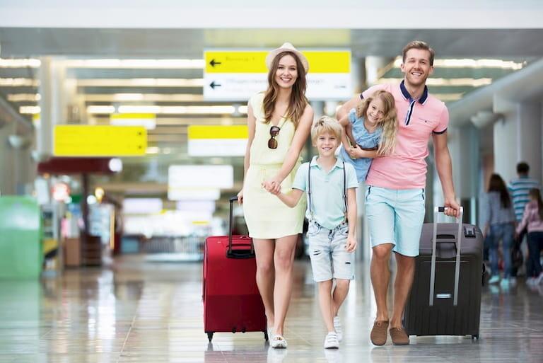 Familia en el aeropuerto con las maletas