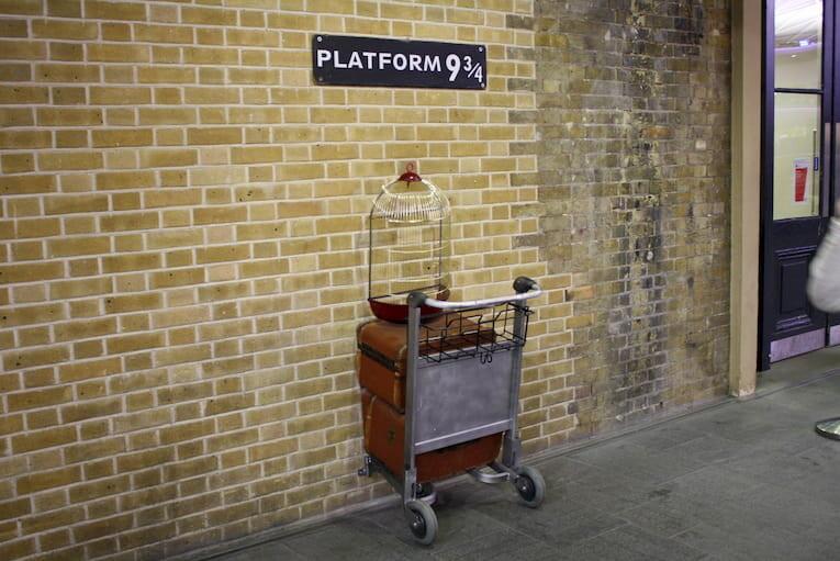 La plataforma mágica 9 ¾ en King's Cross Station de Londres