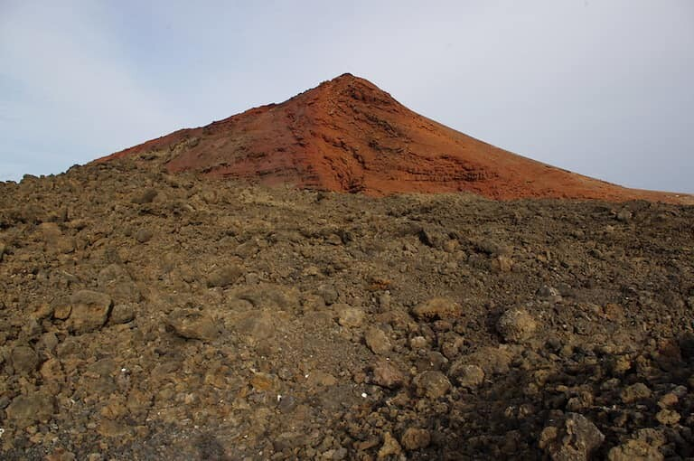 Paisajes volcánicos que rodean Los Hervideros.