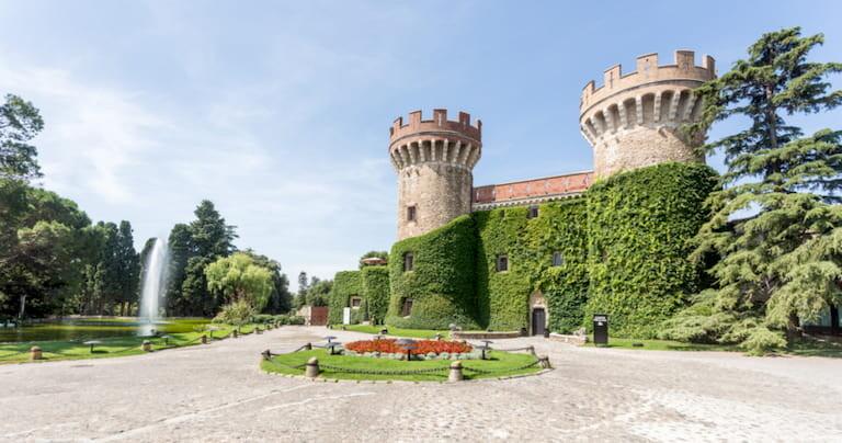 El imponente castillo de Peralada con sus 2 torres cubiertas de vegetación