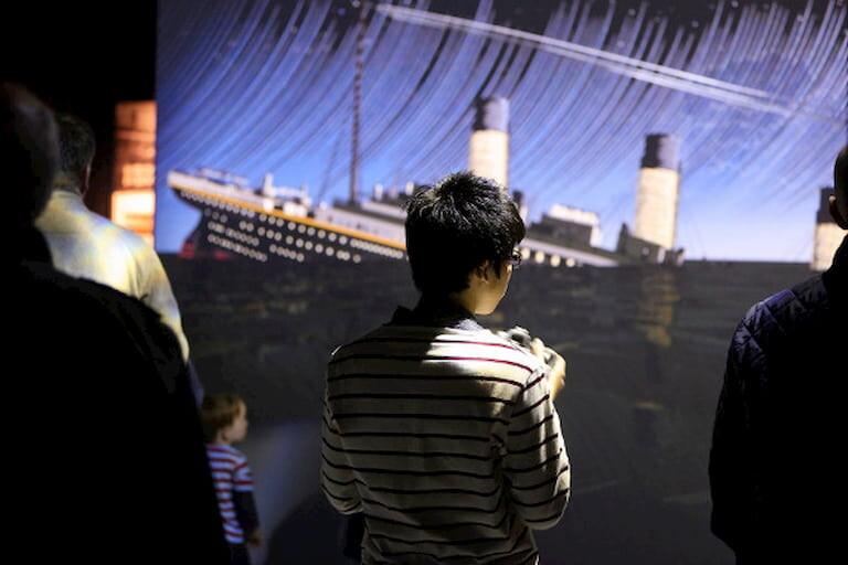 Chico joven observando un vídeo en el Museo del Titanic