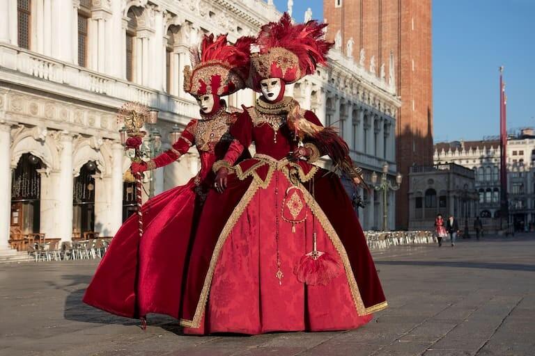 Elegantes disfraces en el Carnaval de Venecia
