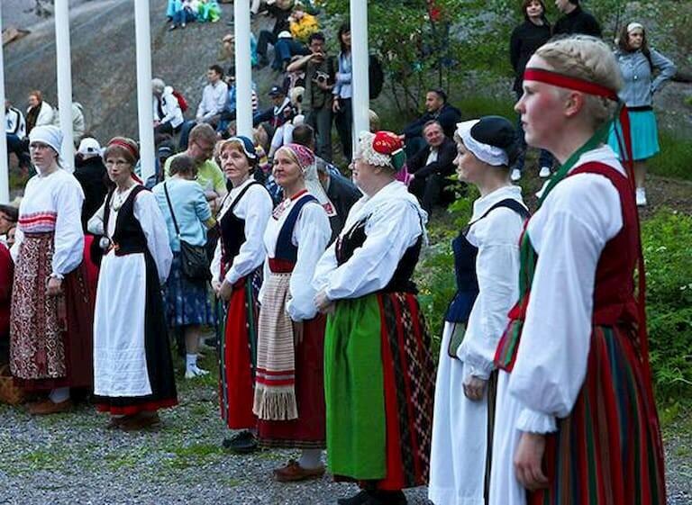 Mujeres en Finlandia vestidas con un traje regional