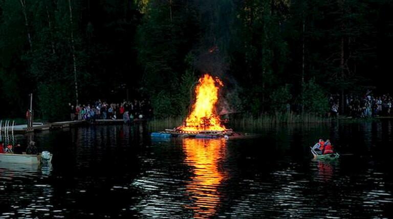 Hoguera en un lago de Finlandia para celebrar San Juan